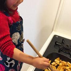 娘とアップルクランブルケーキを焼きました。